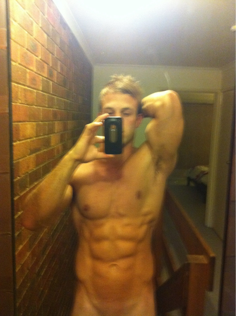 muscled guy naked selfie