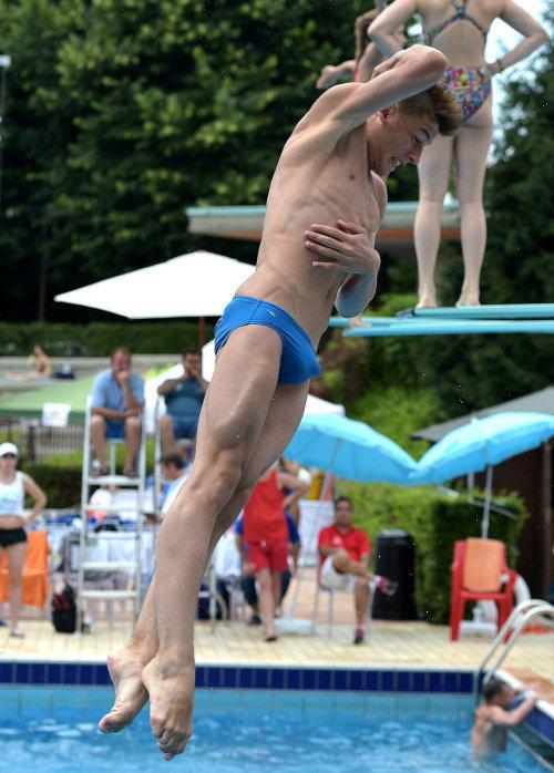speedo swimmer guy bulge