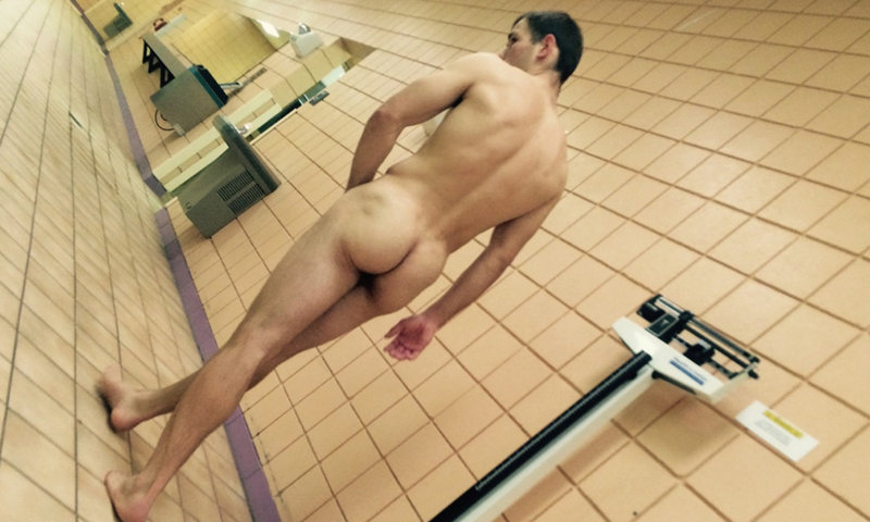 NAKED GUY LOCKERROOM