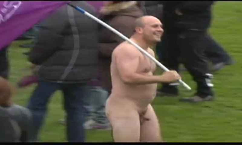 Rugby Bourg player naked on the pitch