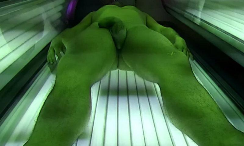 dude getting boner while tanning in solarium